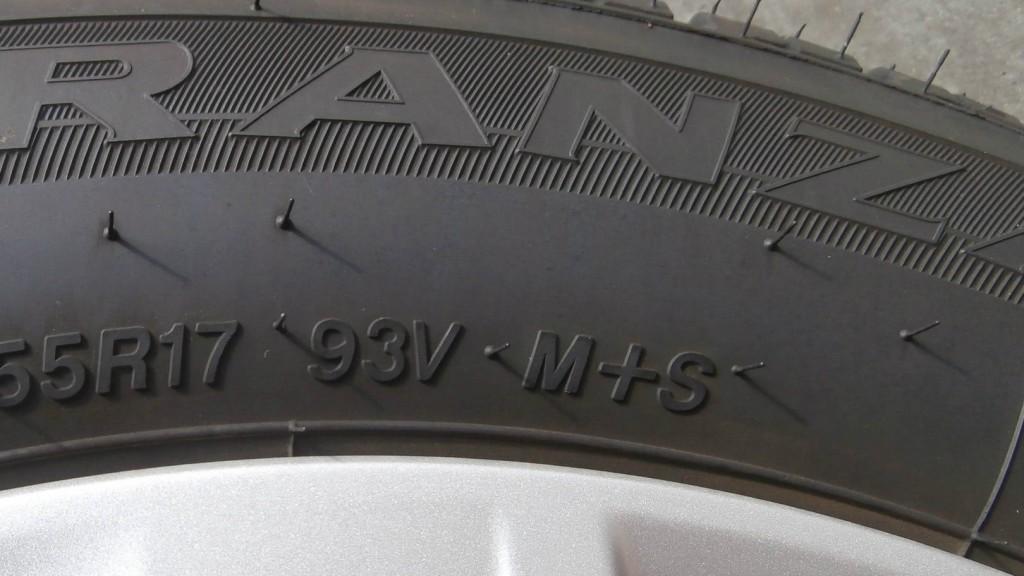 Fianco del pneumatico con scritta M+S.
