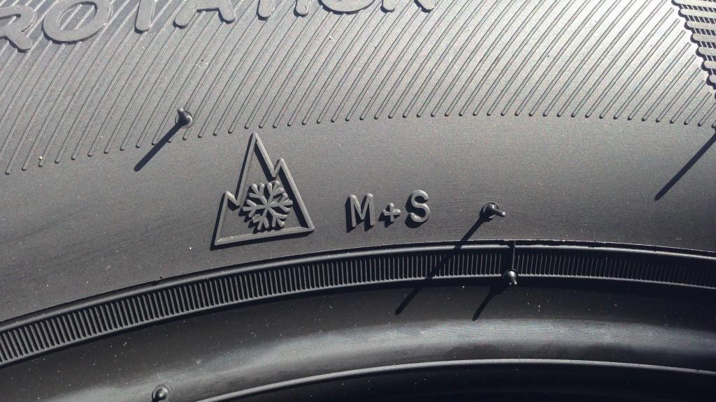 I veri pneumatici invernali riportano sul fianco il pittogramma di un fiocco di neve che si staglia su di una montagna a tre punte.